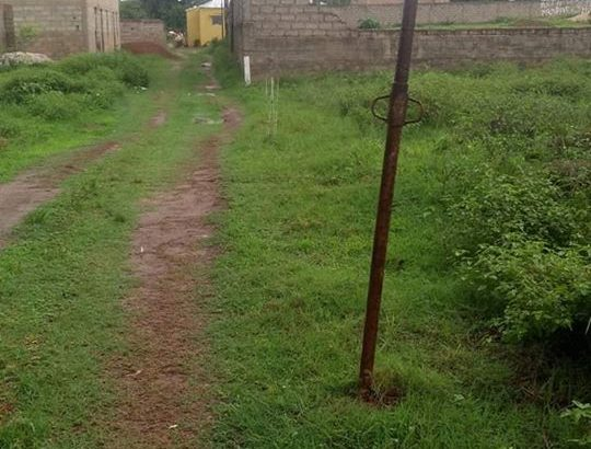 Vende se terreno de 1260 m2 beira de estrada B. Militar estrada principal de volta depois de escola Chinês
