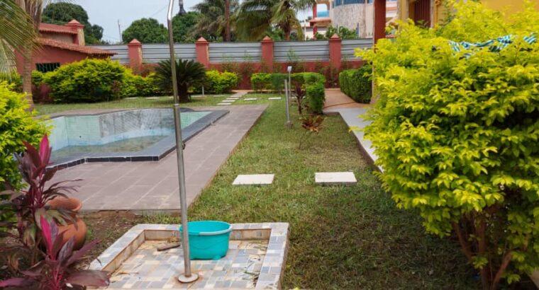 Duplex com 5 Suítes em Bissau